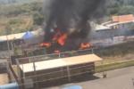 """""""Ho sentito un botto da casa mia"""", chiosco divorato dalle fiamme nel Catanese: vigili del fuoco sul posto"""