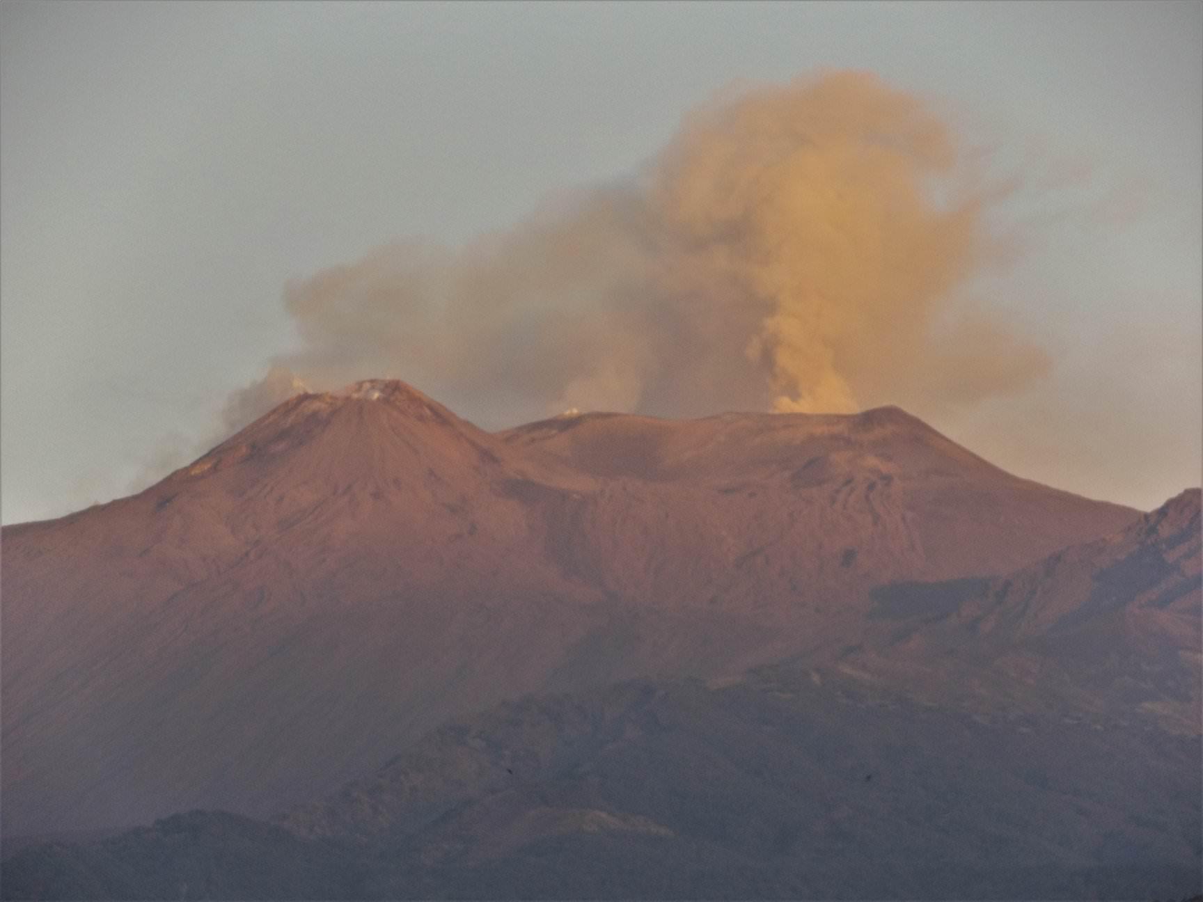 """I boati di """"Mamma Etna"""", non si arresta il tremore vulcanico: attività registrata in due crateri differenti"""