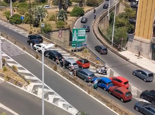 Tamponamento a catena nel Catanese: traffico in tilt e automobilisti infuriati sulla SS 121