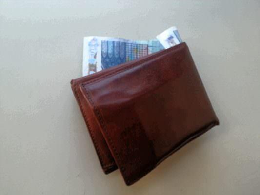 Turista smarrisce portafogli pieno di soldi, commerciante lo consegna alla polizia: si cerca il proprietario