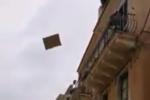 Taormina, donna in preda all'ira lancia di tutto dal balcone: turisti sbigottiti, interviene la polizia municipale