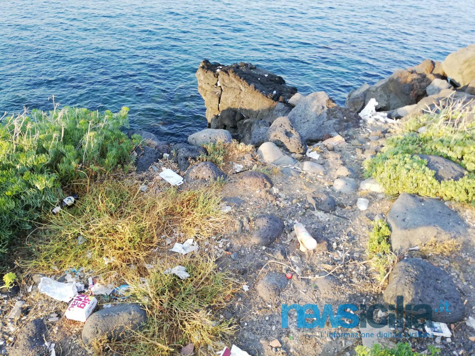 """Orrore alla scogliera di Catania, l'immondizia arriva fino al mare. Cantarella: """"Competenza del Demanio Marittimo, ma c'è troppa inciviltà"""" – FOTO"""