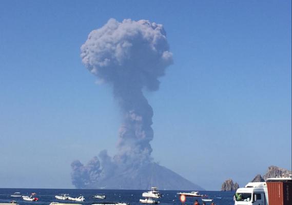 Esplosione a Stromboli: colonna di cenere alta un chilometro spaventa gli isolani – AGGIORNAMENTO