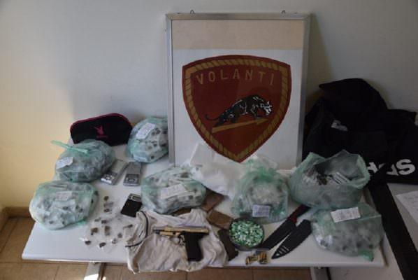 Blitz in una palazzina popolare: droga e armi in un sottoscala. Indagini in corso