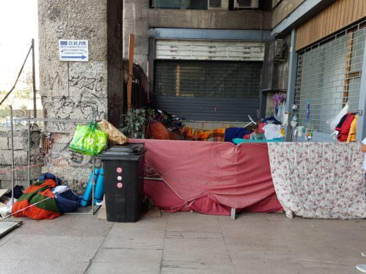 Catania, rimossa baraccopoli in piazza della Repubblica: meno fortunati portati in strutture di accoglienza – VIDEO