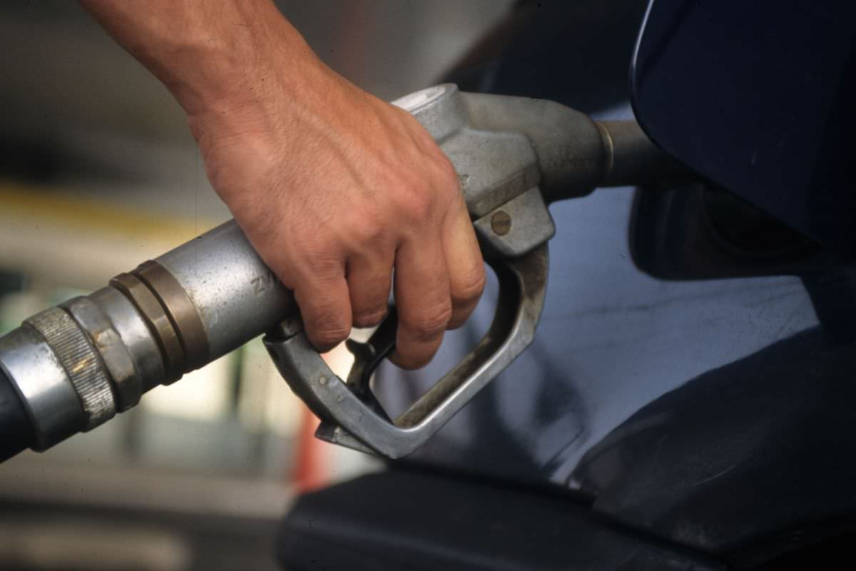 Benzina, dal 2001 si spendono quasi +30 euro a pieno: la guida del Codacons per risparmiare