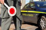 Trasportava centinaia di scarpe contraffatte in auto: merce e mezzo sequestrati dalla Guardia di Finanza