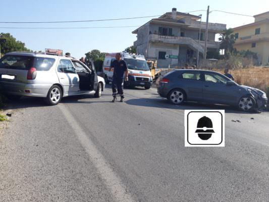 Sorpasso azzardato sulla SP 126, scontro tra due auto: feriti i conducenti, patente ritirata a un 25enne
