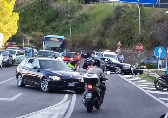 Paura vicino l'ingresso per la A18, auto si schianta sulla rampa dello svincolo: traffico in tilt, coinvolto scooterista