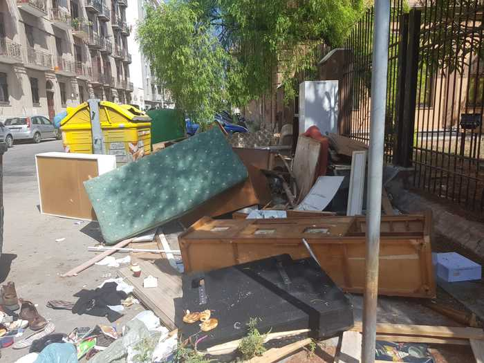 Il degrado e il pericolo dilaganti nel silenzio, rifiuti e strade dissestate: una denuncia apre gli occhi ai cittadini