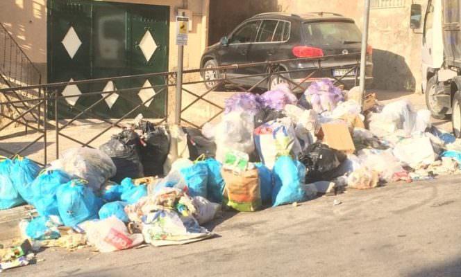 """Città invasa dalla spazzatura, vere e proprie discariche a cielo aperto. S.E.A.: """"Questi sono barbari"""" – FOTO"""