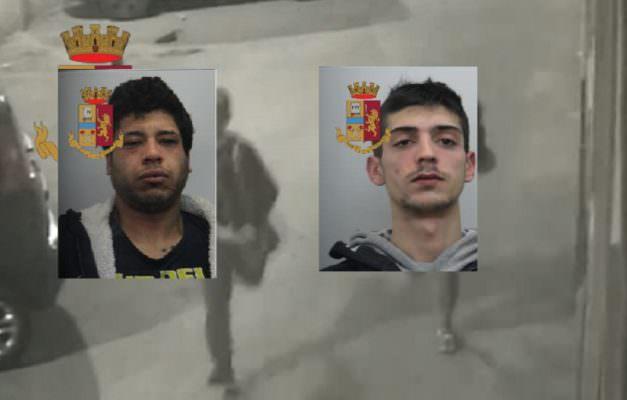 Le sottrae la borsa e la spintona violentemente, poi la fuga per le vie del centro: 2 arresti