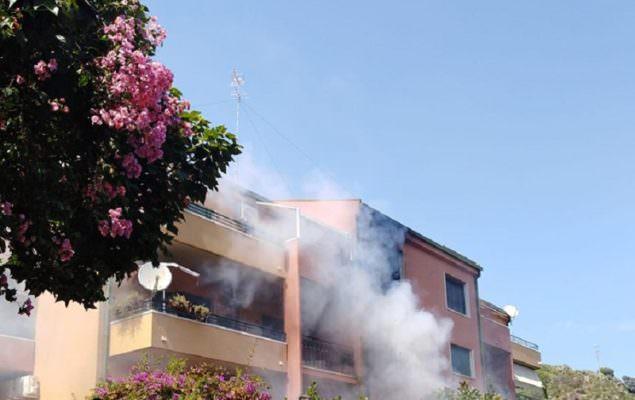 Fiamme in appartamento ad Aci Castello, anziana intrappolata all'interno: salvata dai vigili del fuoco