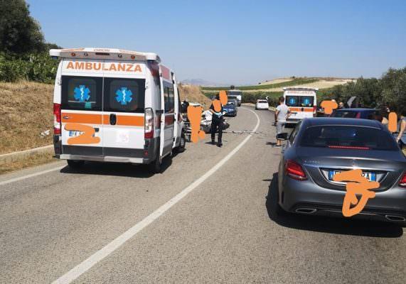 Panico in via Salemi, violento scontro tra due auto: tre feriti in codice rosso