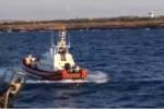 """Tensione sulla Open Arms, migrante si getta in mare. Ong: """"Inizia il 19esimo giorno di sequestro"""""""