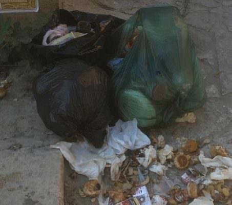 Incivili della differenziata. Spazzatura e vestiti usati abbandonati anche davanti la chiesa di Santa Lucia
