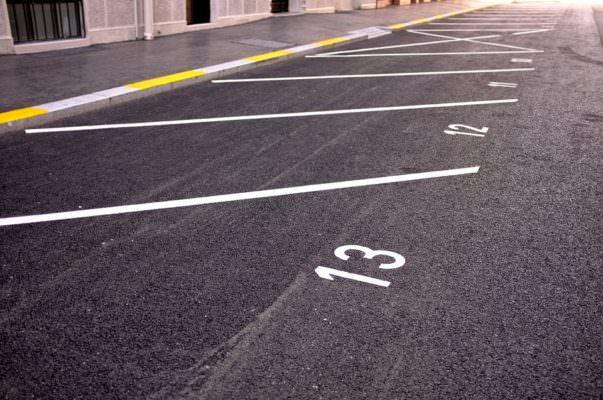 """""""Il posto non è tuo"""", lite per un parcheggio: 20enne danneggia l'auto del contendente"""