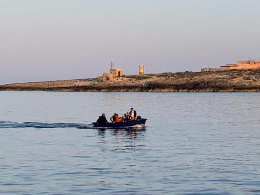 Ennesimo sbarco fantasma in Sicilia, approdato barchino con 10 tunisini: dopo la fuga fermati in 3