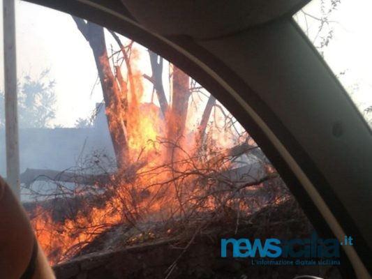 Incendio nel Catanese, fiamme in via Etnea: rogo poco distante dalle abitazioni