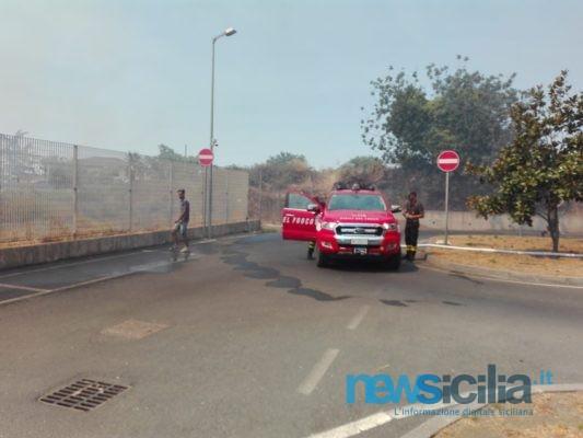 Maxi incendio nel Catanese, gente in fuga da un Centro Commerciale: fumo nero e fiamme alte – Le FOTO