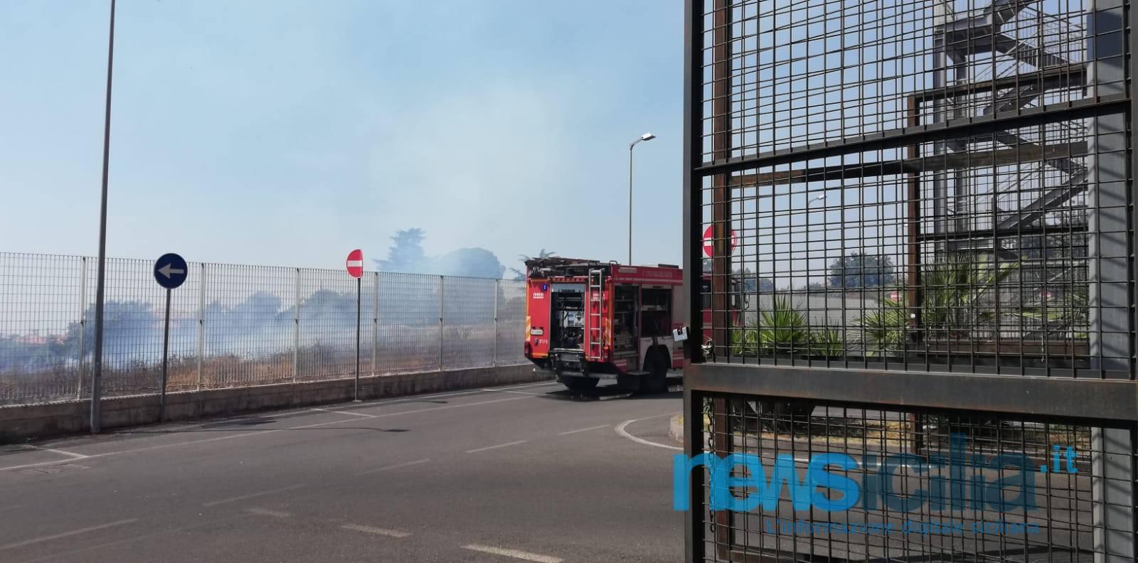 """Spento l'incendio a Tremestieri Etneo. Centro Commerciale 'Le Ginestre': """"Nessun pericolo per i nostri clienti"""""""