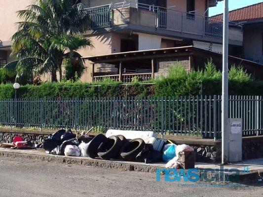 Mascali, discarica accanto a complesso residenziale in via Simone Neri: un grosso rischio per chi vi abita