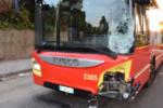Terribile scontro frontale tra uno scooter e un bus: 27enne in prognosi riservata, interviene elisoccorso