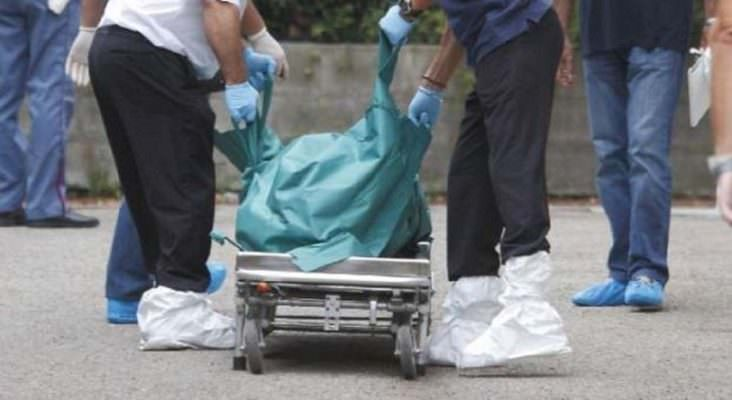 Macabra scoperta, donna trovata morta in casa: carabinieri e vigili del fuoco sul posto