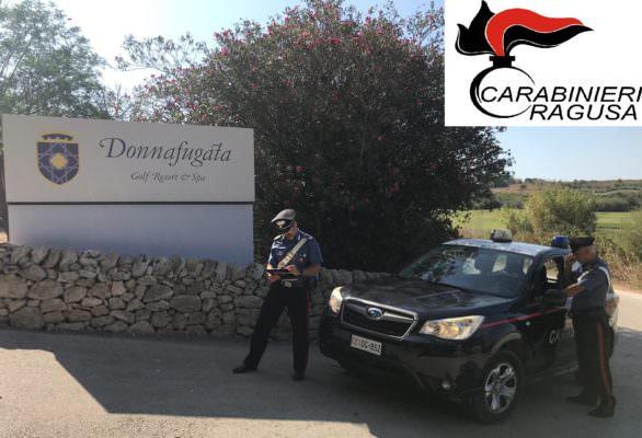 Ladri si intrufolano all'interno di un noto resort per rubare carrube, arrestati dai carabinieri