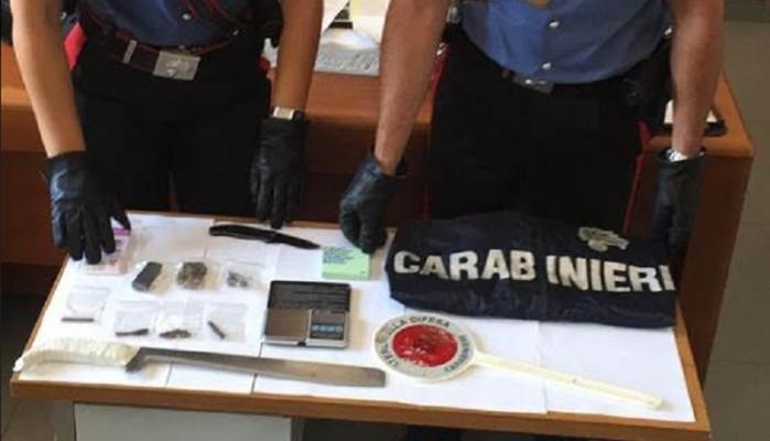 Sorpreso in casa con hashish e marijuana: nascondeva tutto in un sacchetto di cellophane