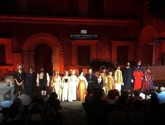 """""""ETerNa"""", lava d'incandescente bellezza e rinascita sul palco del Castello Ursino"""