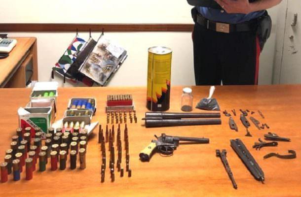 Armi e munizioni illegalmente detenute in mansarda: in manette 68enne