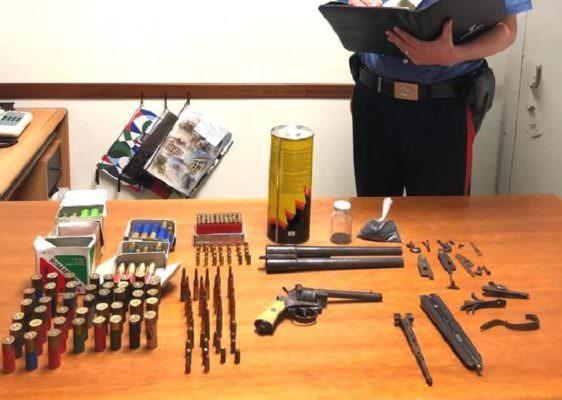 Arsenale in mansarda, pistola, fucili e munizioni detenuti illegalmente: arrestato 68enne