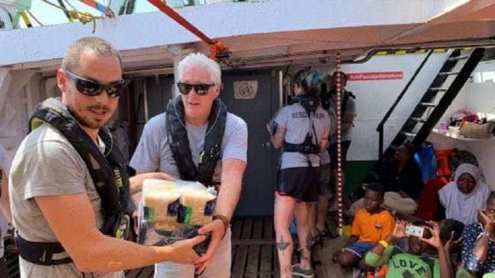Richard Gere e Chef Rubio a Lampedusa a sostegno della Open Arms: porto sicuro per i 121 migranti
