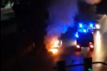 Incendio in viale Teracati, auto viene fagocitata dalle fiamme: vigili del fuoco sul posto – VIDEO
