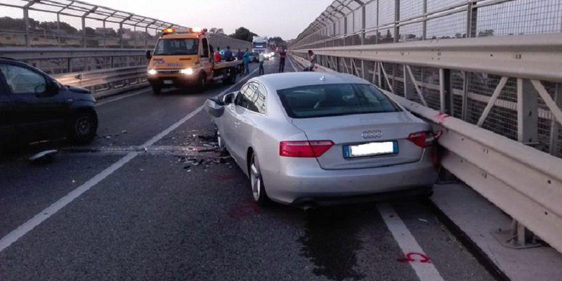 Scontro frontale tra 2 auto con testacoda sul viadotto, donna ferita e traffico bloccato