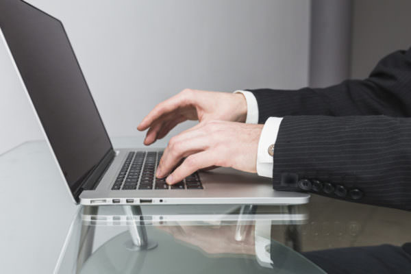 Catania, profili falsi per chiedere insistentemente incontro a una donna: sequestrate apparecchiature informatiche