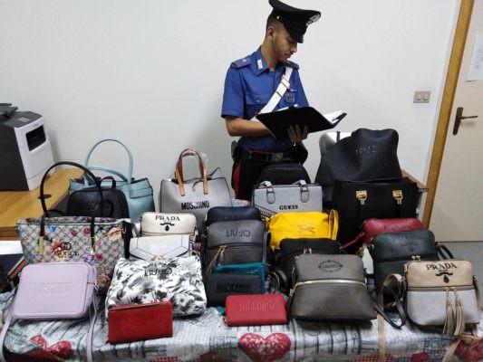 Controlli al lungomare, nel mirino uno straniero con borse contraffatte: denunciato