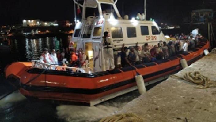 Migranti, salvati in 57 dalla Guardia Costiera: tra loro anche una donna incinta