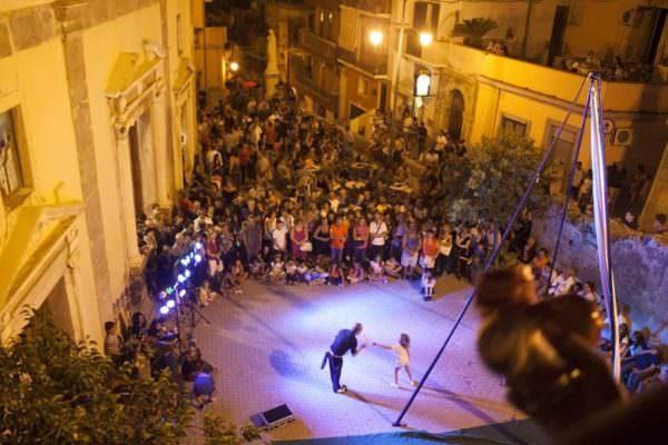 """Giampilieri: tra concerti, performance di buskers, e street food ci si prepara alla """"Notte della rinascita"""""""