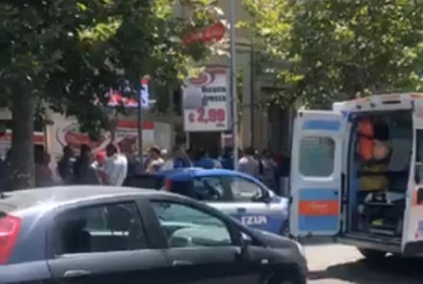 Omicidio in una macelleria, padre ucciso a coltellate dal figlio: sotto choc i presenti