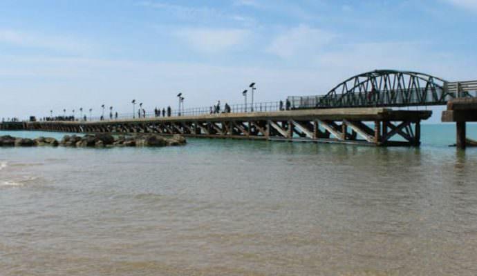 Si tuffa dal pontile sbarcatoio, bagnanti lo riportano a riva: 19enne lotta tra la vita e la morte