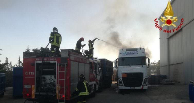 Rimorchio con rottami e rifiuti in fiamme alla Zona Industriale: intervento dei vigili del fuoco