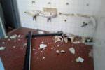 """Distruggevano scuola per """"combattere"""" la noia estiva: denunciati 5 minorenni"""