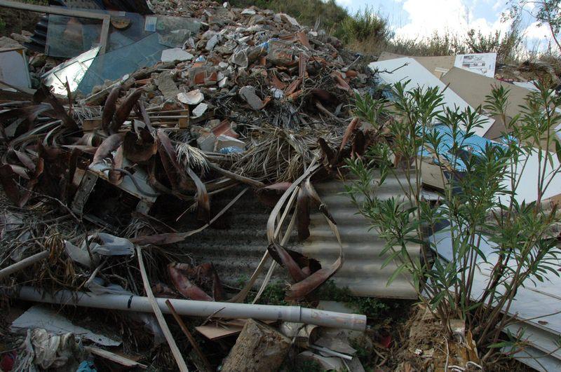 Sequestrata un'area di circa 2mila mq adibita a discarica di amianto: le FOTO