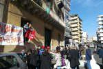 Famiglie in difficoltà in via Calatabiano a Catania, il risveglio senza l'acqua e il presidio – VIDEO