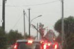 Catania, scatta l'emergenza maltempo su tutta la provincia: palo crolla sul litorale, auto impantanata
