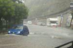 Violento nubifragio: strade trasformate in fiumi e auto bloccate nell'acqua