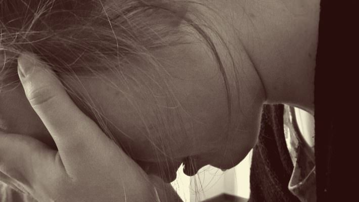 Dramma in casa, donna tenta di buttarsi dal balcone: salva grazie all'intervento della polizia