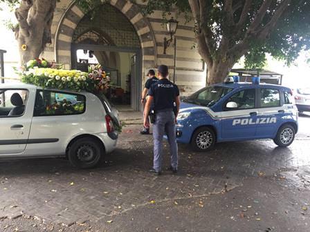 Catania, rubava fiori dalle bare e li rivendeva illegalmente: arrestato fioraio abusivo – FOTO e VIDEO